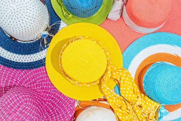 Sfondo colorato cappello estivo, vista dall'alto, piatto laici