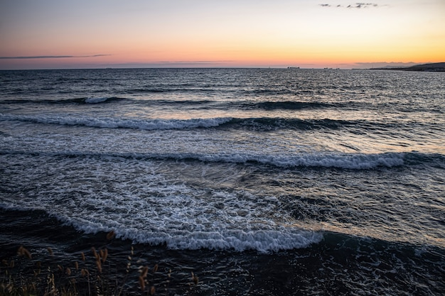 Tramonto colorato sul mare estivo e onde del mar nero nella città turistica di gelendzhik.