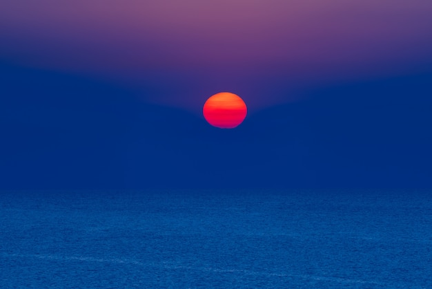 Il sorgere del sole colorato in mare
