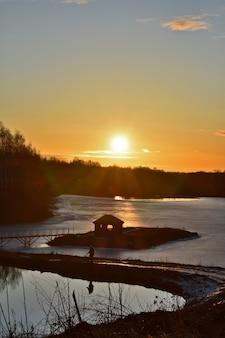 Alba colorata del sole su un bellissimo lago