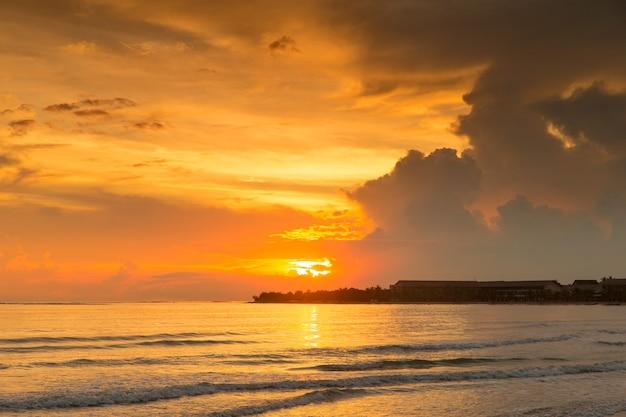 Tramonto colorato sull'oceano alle maldive