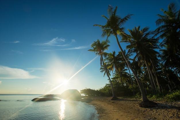 Tramonto colorato sull'oceano sull'isola tropicale