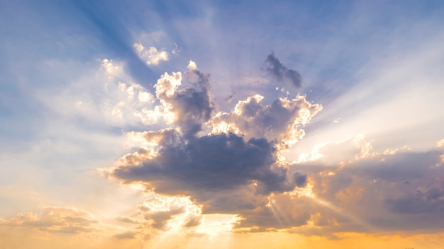 Tramonto variopinto nei raggi del cielo, delle nuvole e del sole.