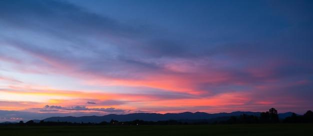 Tramonto colorato e alba con le nuvole.colore blu e arancione della natura.molte nuvole bianche nel cielo blu.il tempo è chiaro oggi.tramonto tra le nuvole.il cielo è crepuscolo.