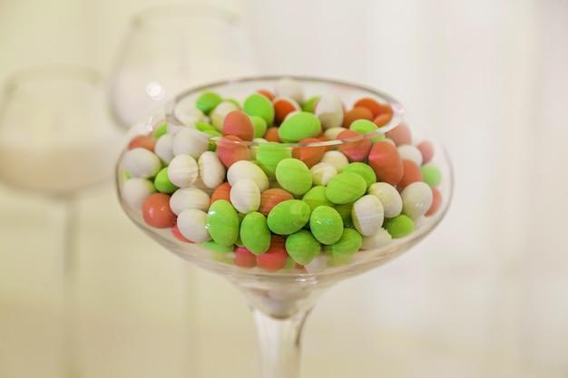 Tavolo colorato con dolci per il matrimonio,tavolo dolce alla celebrazione del matrimonio