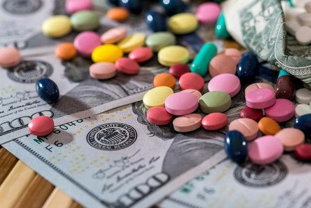 Compresse colorate con banconote in dollari, primo piano