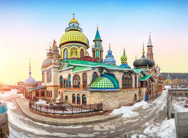 Tempio colorato di tutte le religioni a kazan in una giornata invernale