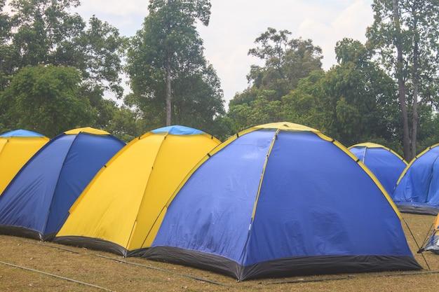 Tenda colorata in campeggio