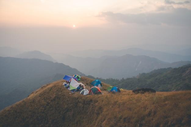 Variopinto della tenda sulla montagna a mulayit taung, myanmar