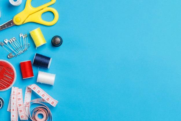 Bobine di filo colorato attrezzature su misura copia spazio.