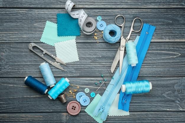 Fili colorati e accessori per cucire su fondo in legno