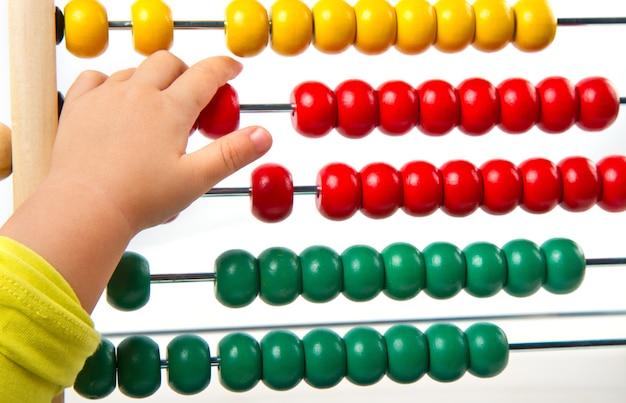 Abaco giocattolo colorato per imparare a contare