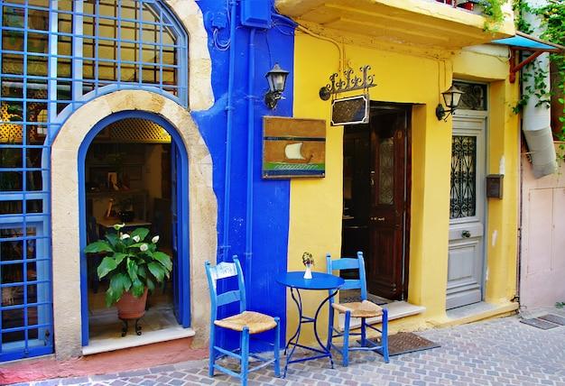 Colorate strade tradizionali e taverne della grecia. isola di creta. città vecchia di chania