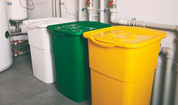 Bidoni della spazzatura colorati per lo smistamento dei rifiuti di plastica, vetro e carta