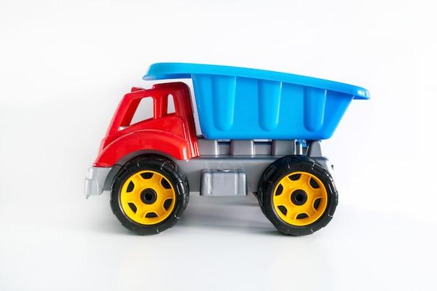 Giocattolo camion colorato isolato su priorità bassa bianca con lo spazio della copia, giocattoli per bambini, ragazzi.