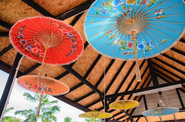 Ombrelloni colorati appesi sotto il tetto.