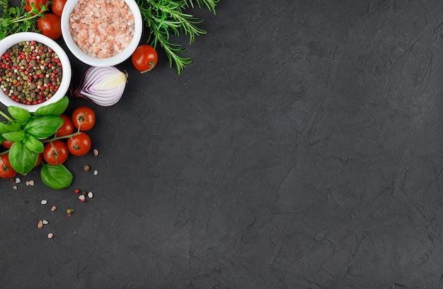 Variopinte varie erbe e spezie per cucinare su sfondo scuro, copia spazio, mock up, banner. foto di alta qualità