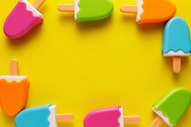 Gelato di plastica colorato e vari giocattoli con numeri per bambini su uno sfondo giallo.