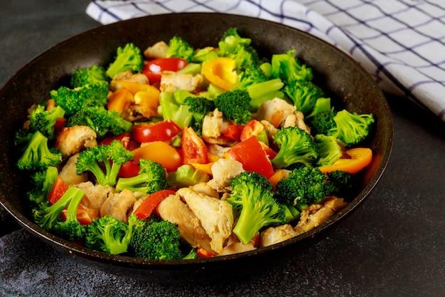 Piatto di dieta vegetale colorato con carne di pollo.