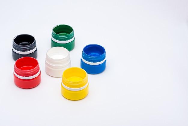 Barattoli colorati vibranti di vernice gouache isolati