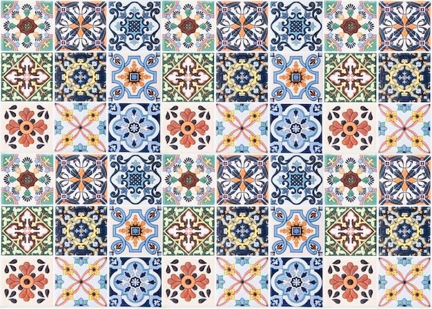 Decorazione variopinta della parete delle piastrelle di ceramica dell'annata. fondo turchese della parete delle piastrelle di ceramica