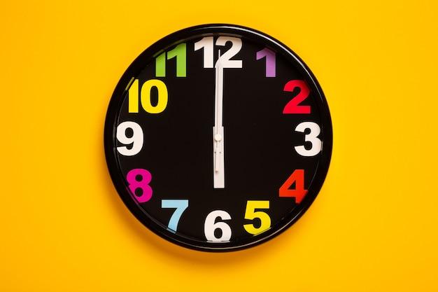 L'orologio da parete colorato mostra le sei