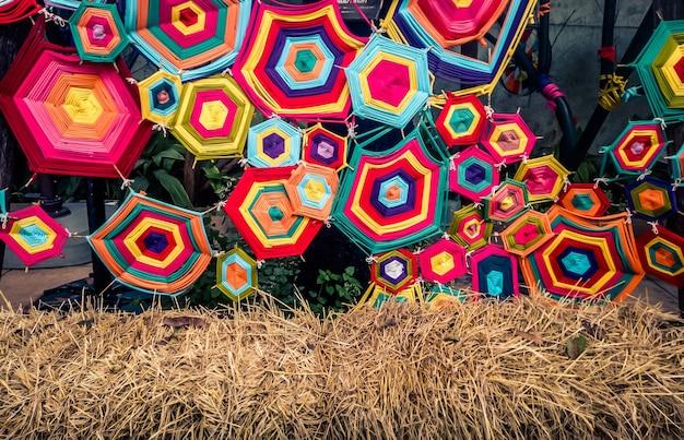 Decorazione murale colorata arte tribale