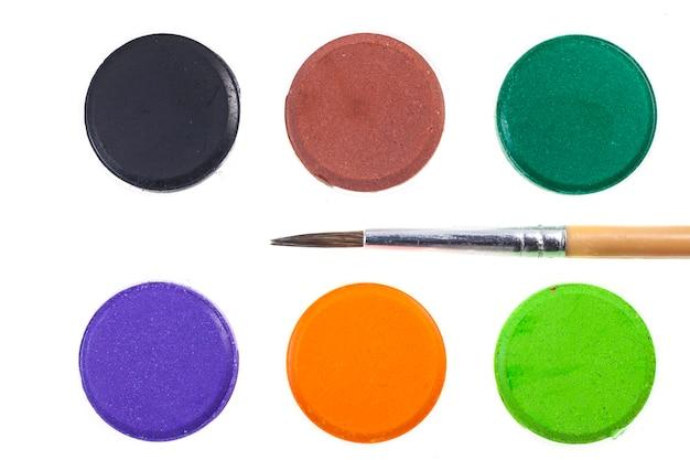Colori ad acqua e pennelli colorati.