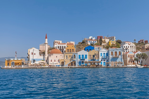 Colorati edifici sul lungomare dell'isola greca di kastellorizo