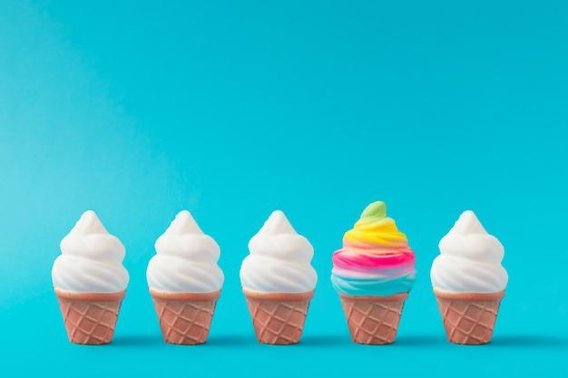 Gelato colorato e bianco su sfondo blu pastello. concetto estivo minimo creativo.