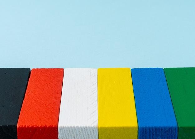 Blocco di legno colorato con uno spazio di copia perfetto per lo sfondo.