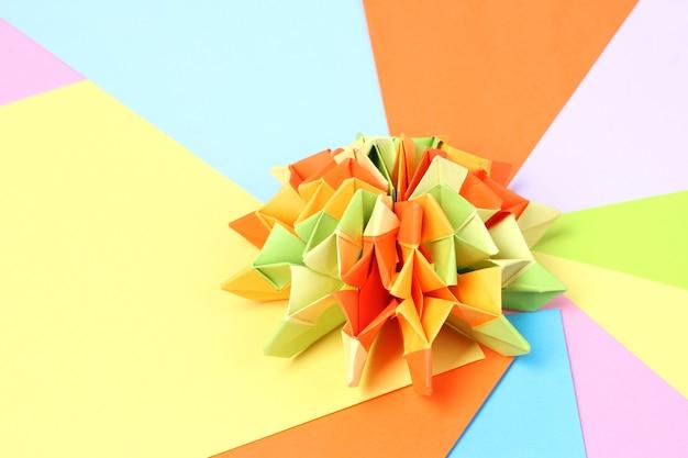 Origami colorati su carta brillante