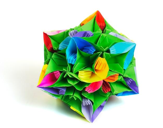 Colorfull origami kusudama dai fiori arcobaleno isolati su bianco