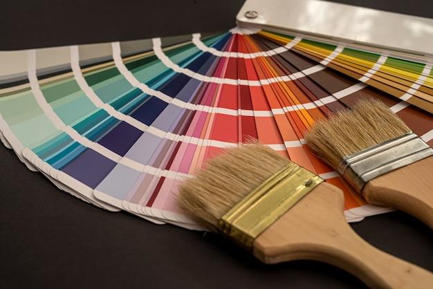 Tavolozza da colorare colorata con pennello per il design in mobili