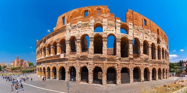 Colosseo o colosseo, noto anche come anfiteatro flavio, il più grande anfiteatro mai costruito, nel centro della città vecchia di roma, italia.