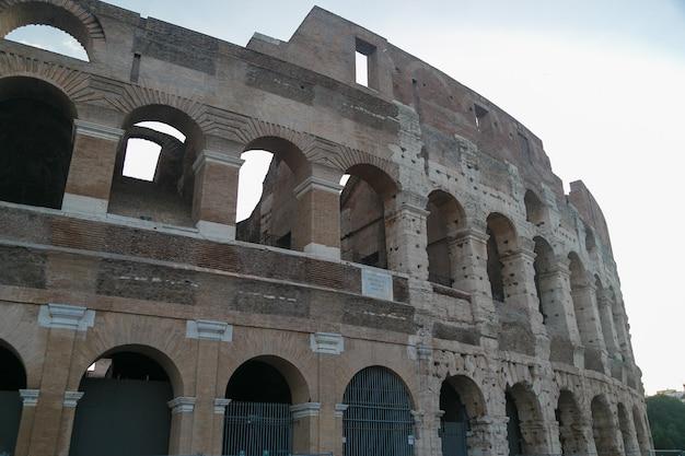 Colosseo a roma, italia durante l'alba. architettura e punto di riferimento di roma.