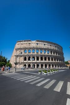 Il colosseo a roma, in italia, è una delle principali attrazioni di viaggio.