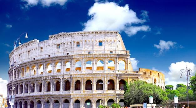 Il colosseo, il famoso punto di riferimento a roma, italia.