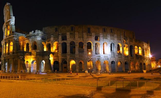 Il colosseo, il simbolo di roma famoso in tutto il mondo. vista notturna .panorama