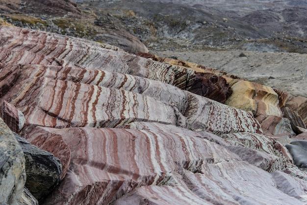 Rocce colouful nella fine orientale della groenlandia su.