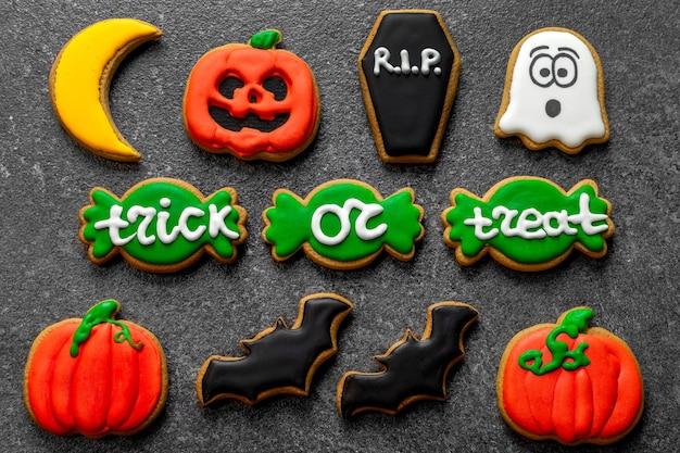 Colore pan di zenzero halloween su sfondo di pietra scura