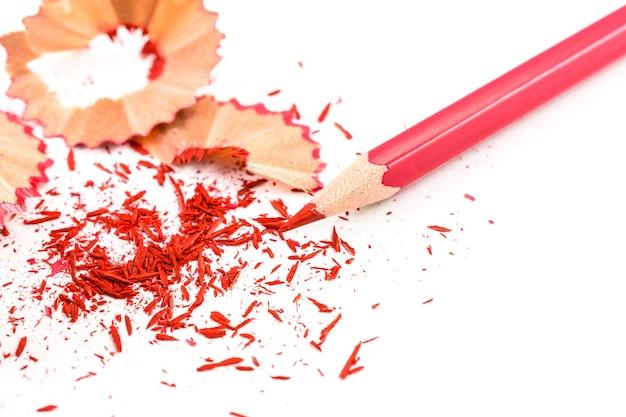 Pencill di colore con trucioli di affilatura su sfondo bianco