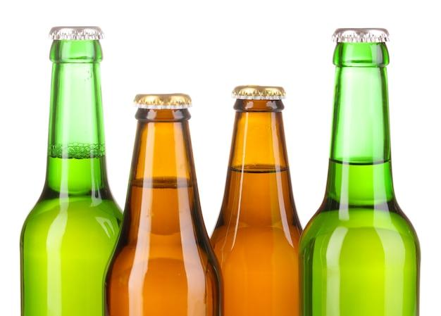 Bottiglie di birra in vetro colorato su bianco