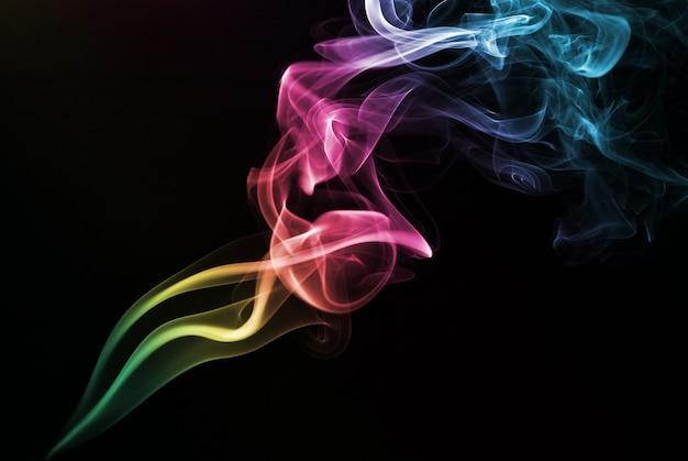 Fumo colorato isolato sul nero