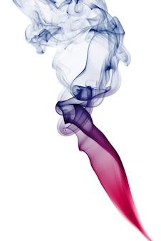 Fumo colorato isolato su bianco