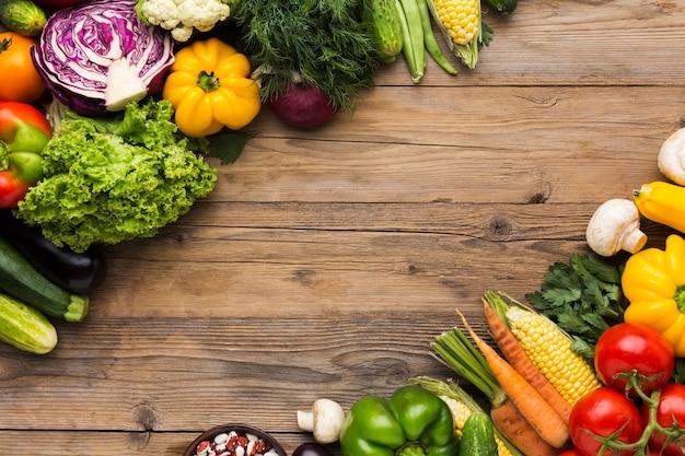 Sfondo colorato di verdure con copia spazio