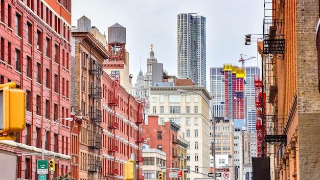Edifici colorati in una strada di soho manhattan new york usa