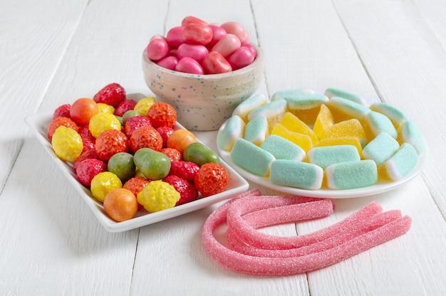 Caramelle gommose colorate gomma da masticare in ciotole concetto di vacanza baby tratta cibo malsano