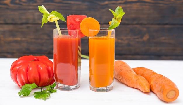 Frullati sani colorati di carote e pomodori