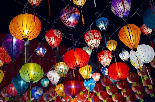 Lanterne colorate durante il festival delle lanterne, decorazioni del capodanno cinese.